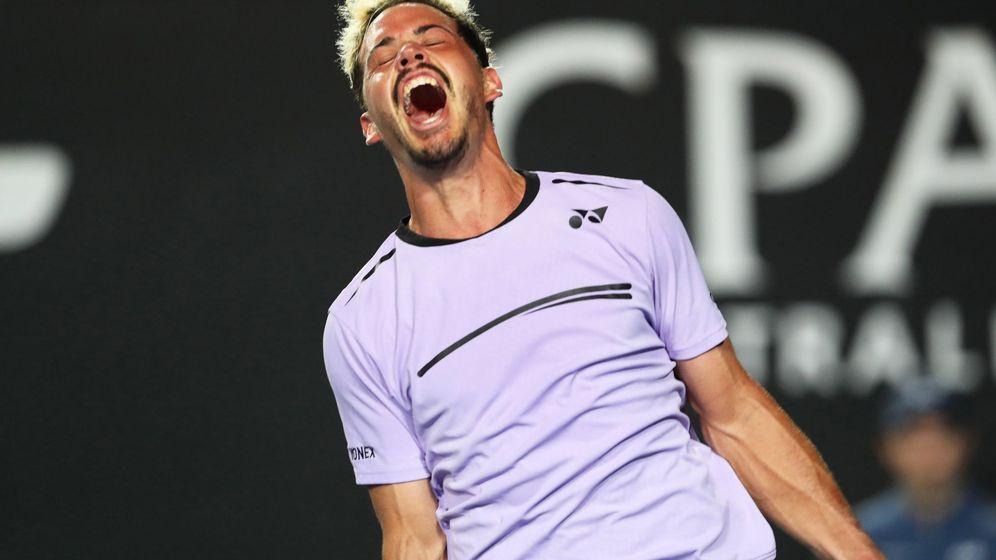 Foto: Alex Bolt celebra su vicoria ante Gilles Simon en la segunda ronda del Open de Australia. (EFE)
