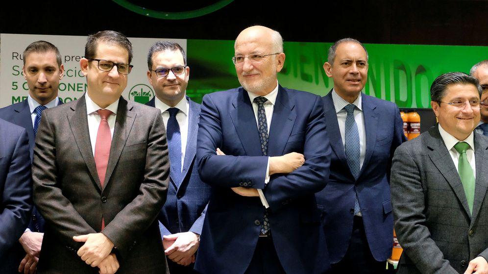 Foto: Juan Roig, rodeado de su equipo directivo, en la presentación de resultados de 2017. (Reuters)