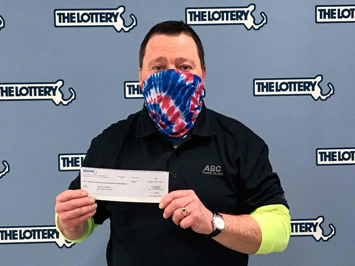 Foto: Thomas Napiorkowski, feliz tras recibir su talón de 1 millón de dólares (Massachusetts State Lottery)