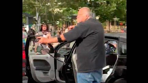 Un hombre amenaza con un arco y flechas a una multitud de manifestantes