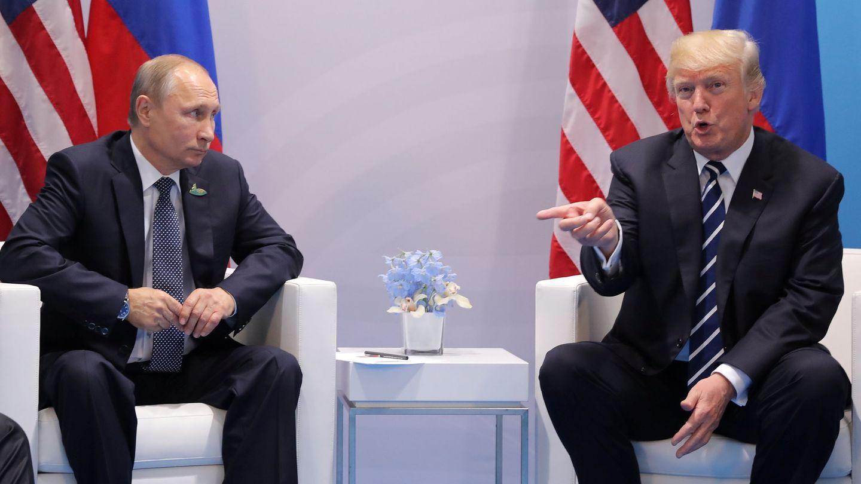 Donald Trump gesticula durante la reunión con Vladimir Putin en la cumbre del G20, celebrada en Hamburgo. (Reuters)