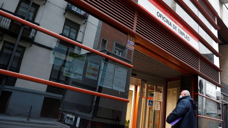 Foto: Un hombre entra a una oficina de empleo. (EFE)