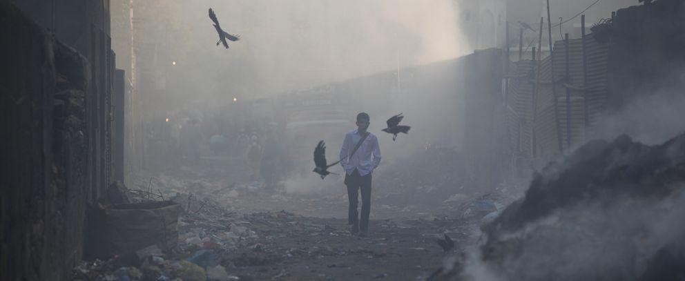 Un chico camina hacia la escuela en Karachi (Reuters).