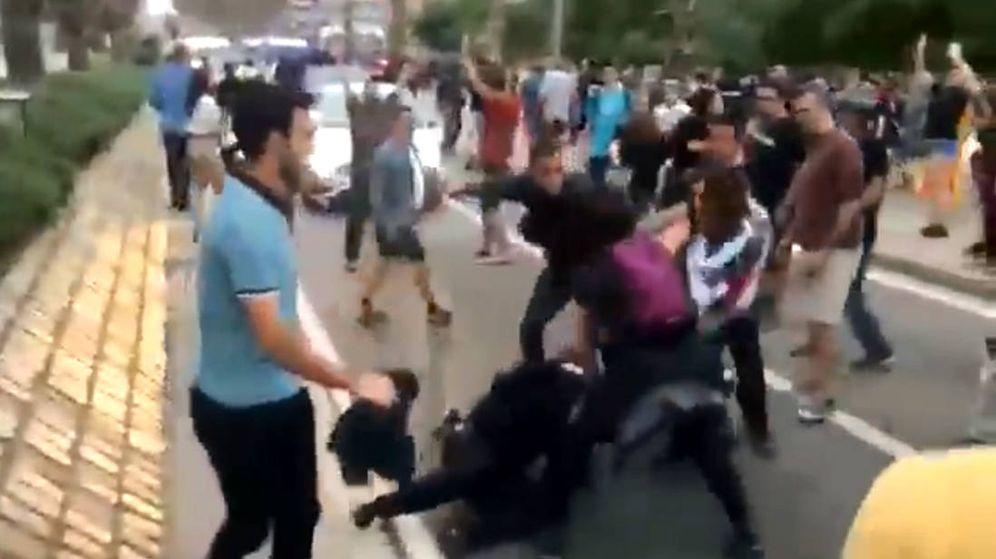 Foto: El agente de la Guardia Civil de paisano sacó su porra para defender a la Mosso (Foto: Twitter)