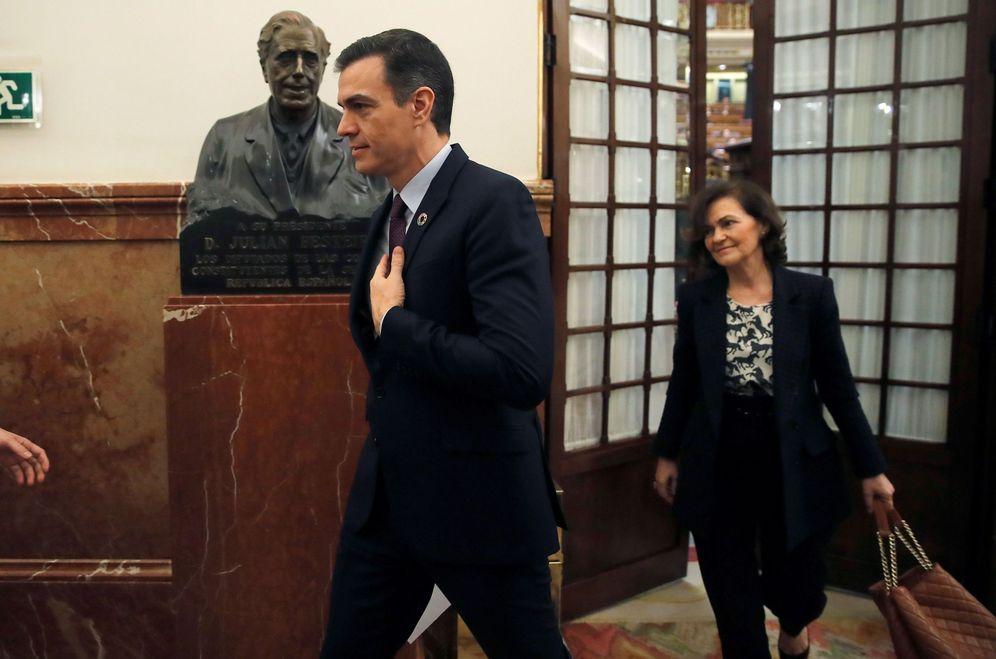 Foto: Pedro Sánchez y la vicepresidenta primera, Carmen Calvo, el pasado 12 de febrero en el Congreso. (EFE)