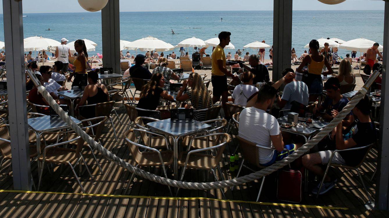 Foto: Un chiringuito en la playa de la Barceloneta. (Reuters/Albert Gea)