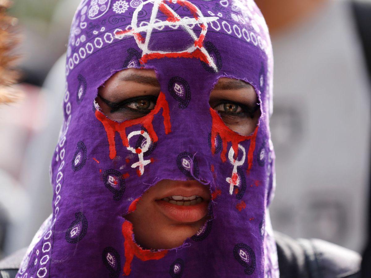 Foto: Una manifestante participa junto a cientos de jóvenes en una protesta este sábado por el centro de Guadalajara, México. (EFE)