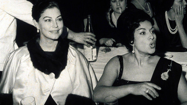 Ava Gardner y Lola Flores, en el bautizo de su hijo Antonio, en 1961. (Jaime Pato / EFE)