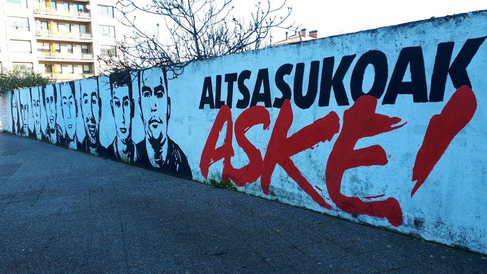 Foto: Mural a favor de los condenados por la agresión a dos guardias civiles en Alsasua en Llodio, municipio en el que se estrenó Abascal en la política. (J.M.A.)