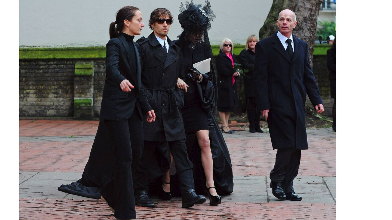 Daphne Guinnes llega al funeral de Alexander McQueen. (EFE)