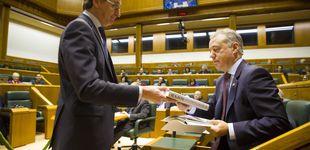 Post de Del 'zasca' entre Alonso y Urkullu por el libro de Rajoy a la refriega por la charla del etarra