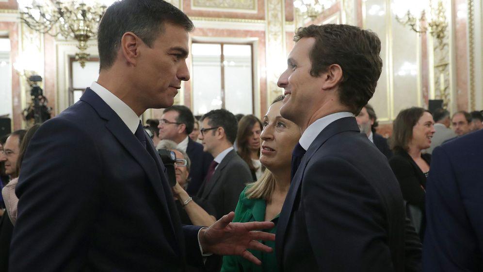 Foto: Pedro Sánchez saluda a Pablo Casado en el Salón de los Pasos Perdidos del Congreso. (EFE)