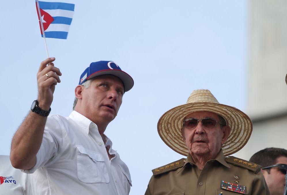 Foto: El presidente cubano, Miguel Díaz-Canel (i), y su antecesor en el cargo, Raúl Castro, el pasado 1 de mayo en La Habana. (Reuters)