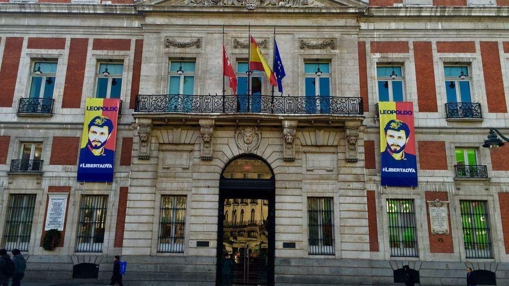 Cifuentes cuelga en Sol un cartel en apoyo al opositor Leopoldo López