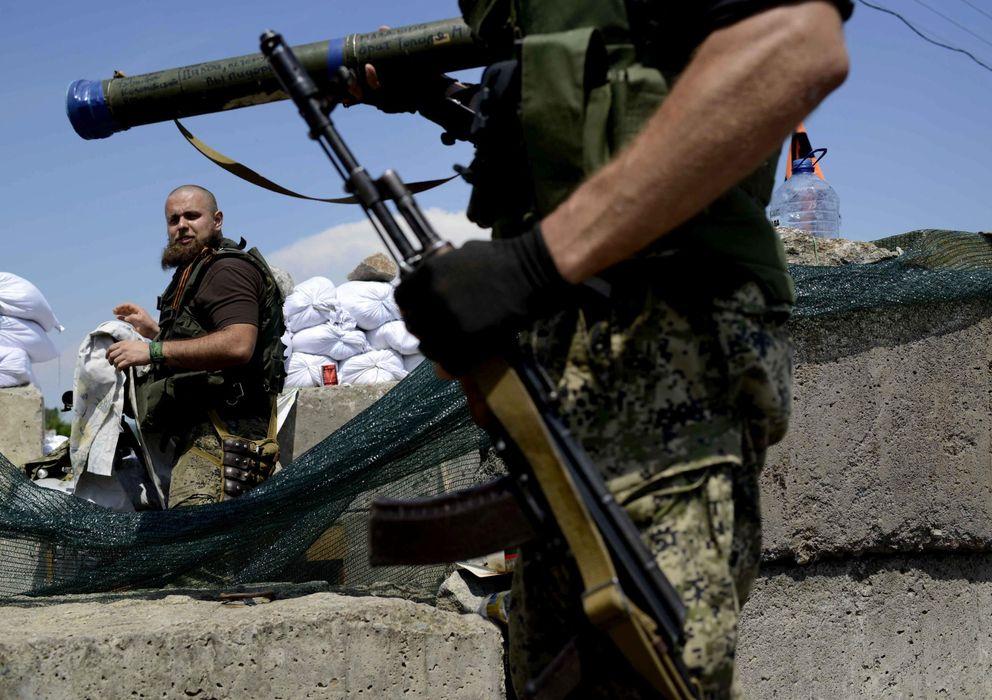 Foto: Militantes prorrusos hacen guardia en un puesto de control en la localidad de Semyonovka, a las afueras de Slaviansk. (EFE)