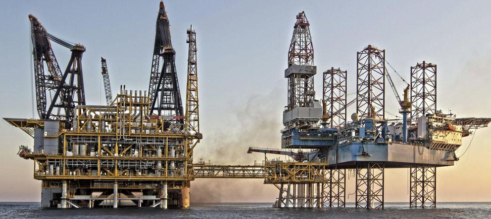 Foto: Plataformas del proyecto Castor frente a las costas de Vinaroz (EFE)