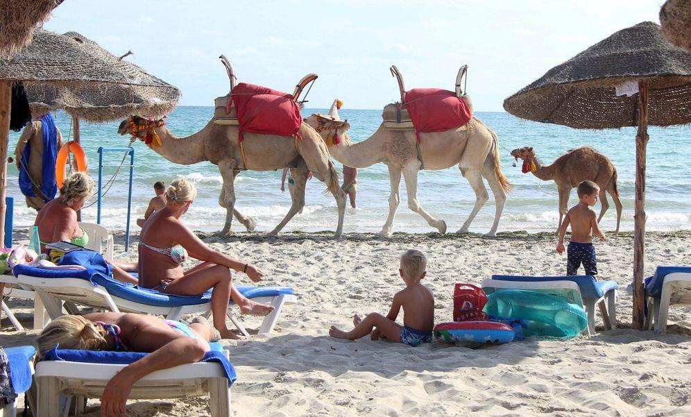 Foto: Turistas en una playa de la isla de Djerba, Túnez. (Reuters)