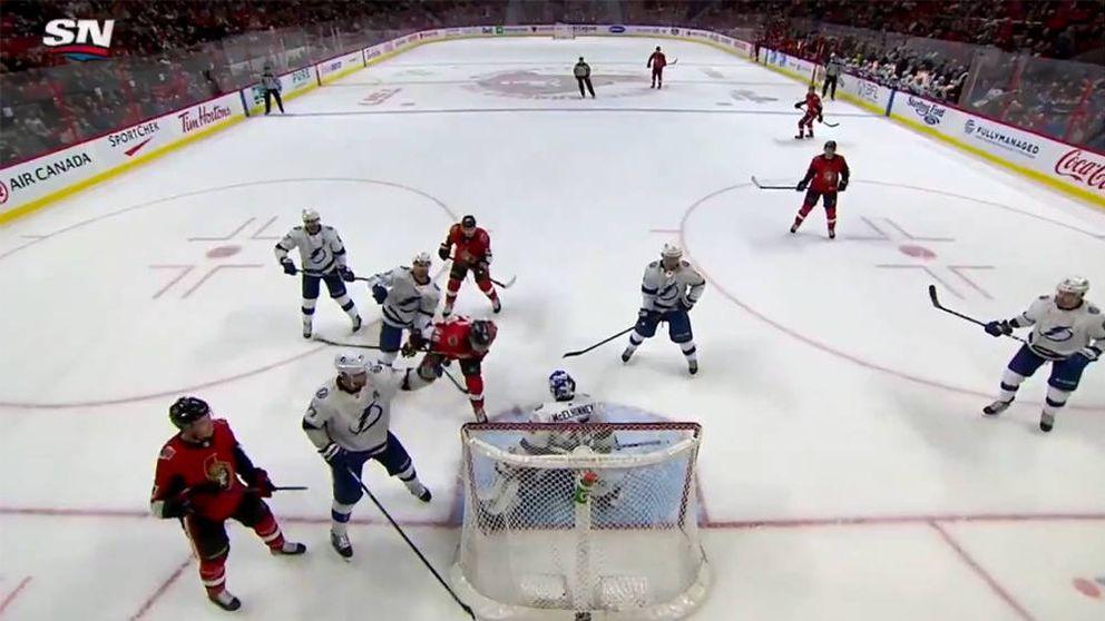Mete uno de los mejores goles de cabeza de la temporada... en un partido de NHL