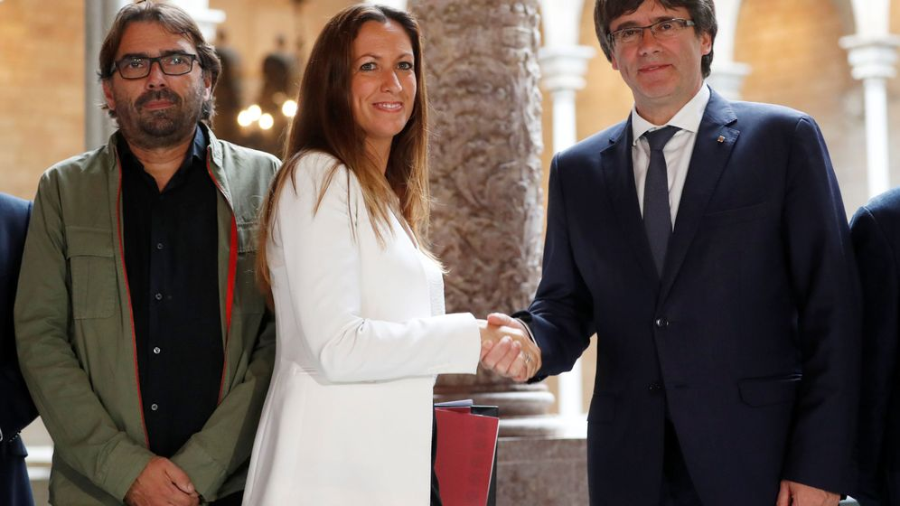 Foto: El presidente Catalán Carles Puigdemont saluda a María Eugènia Gay. (Reuters)