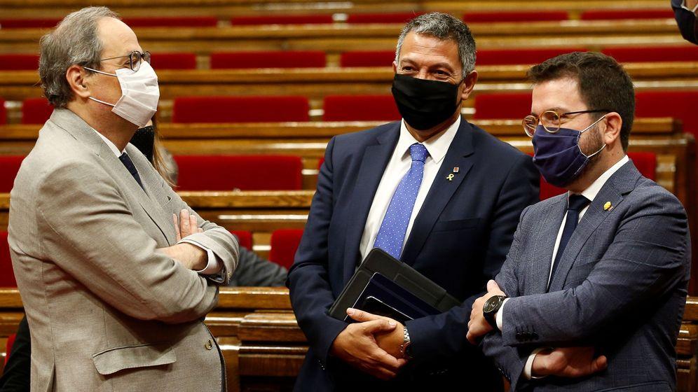 Foto: l presidente de la Generalitat Quim Torra (i) habla con el vicepresidente del Govern Pere Aragonés (d) en presencia del conseller de Interior Miquel Samper (c). (EFE)