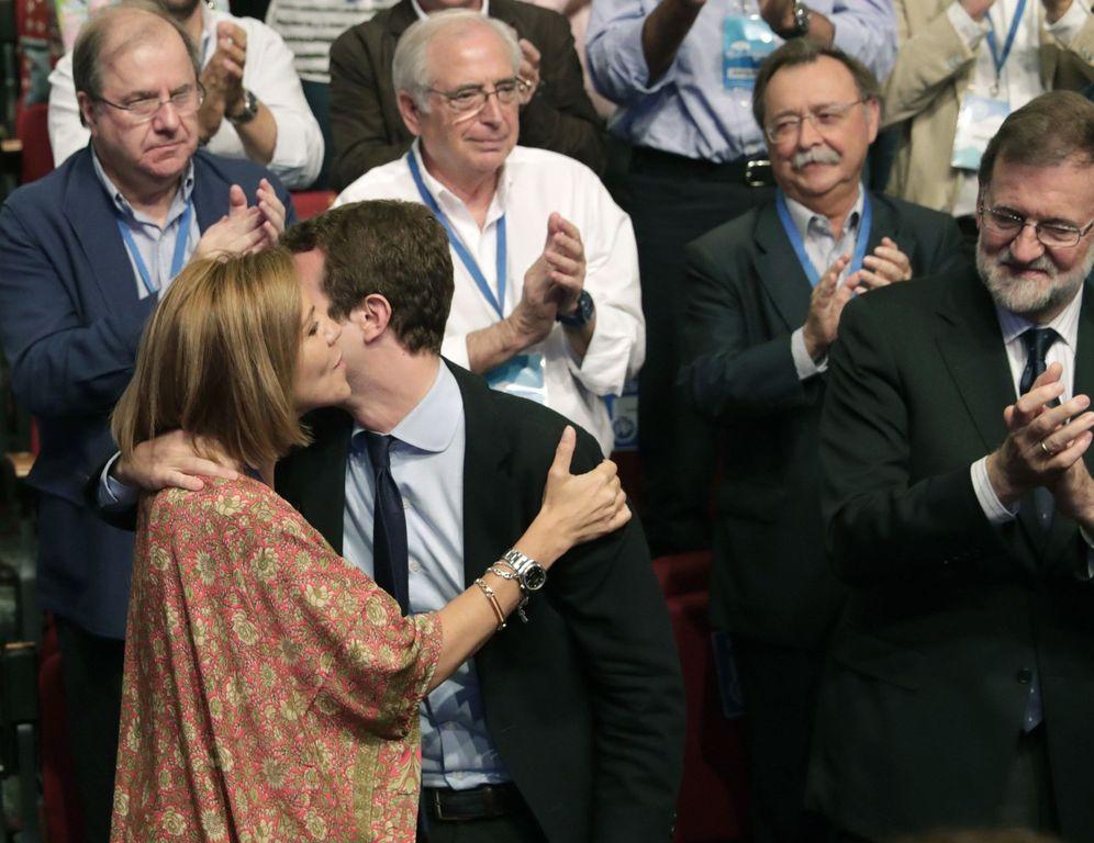 Foto: María Dolores de Cospedal besa a Pablo Casado tras ser elegido sucesor de Mariano Rajoy, el pasado 21 de julio en Madrid. (EFE)