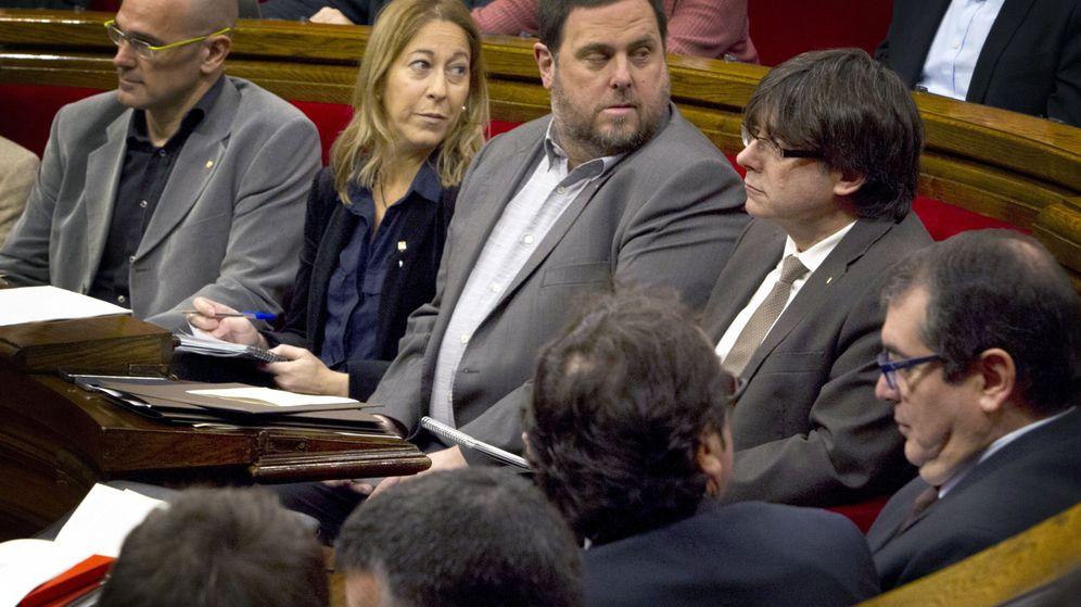 Foto: Carles Puigdemont y Oriol Junqueras, en un pleno. (EFE)