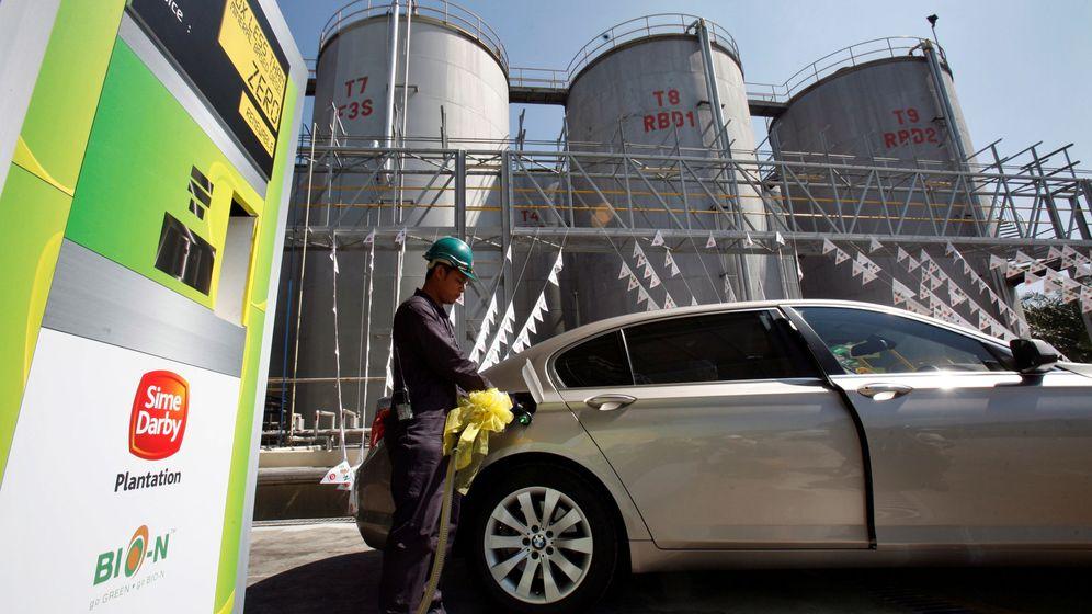 Foto: Un coche reposta biodiésel en Kuala Lumpur (Malasia). (Reuters)