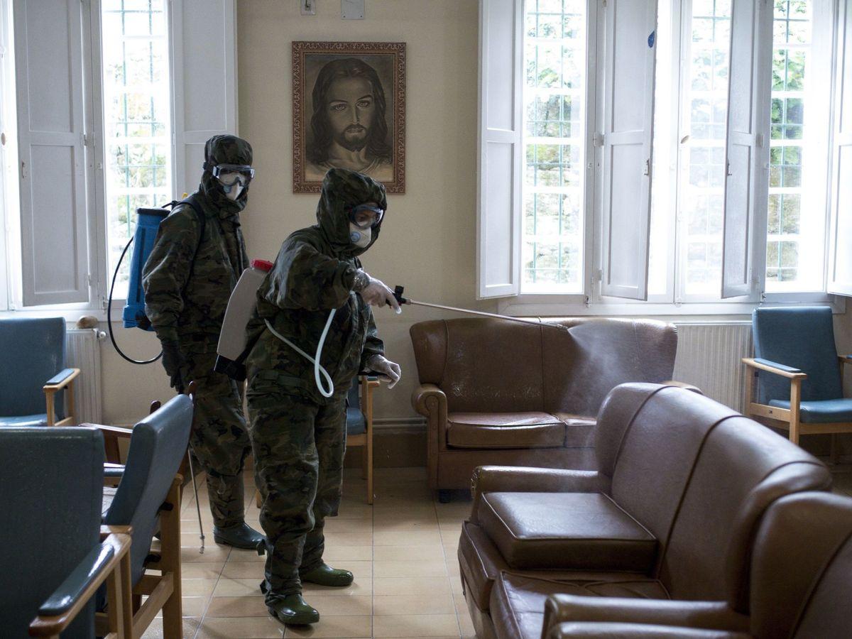 Foto: Un grupo de militares desinfectan una residencia. (EFE)