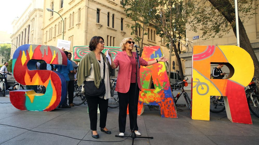 Foto: La alcaldesa de Madrid, Manuela Carmena (d), junto a la edil de Medio Ambiente y Movilidad, Inés Sabanés. (EFE)