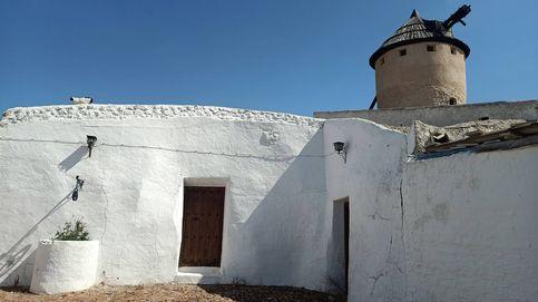 El pueblo que financia su 'esencia manchega' pintando sus casas de blanco y añil