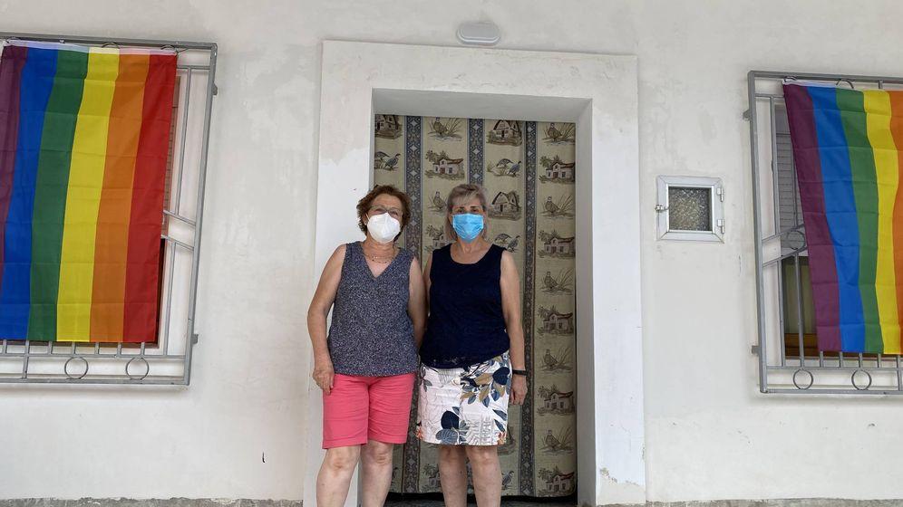 Foto: Isabel Campaña y Dolores Granados, vecinas de la calle Mirlo, este viernes en Villanueva de Algaidas, delante de la casa de Dolores. (Agustín Rivera)