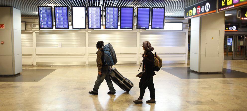 Foto: Un joven español espera su vuelo en Barajas (Reuters)