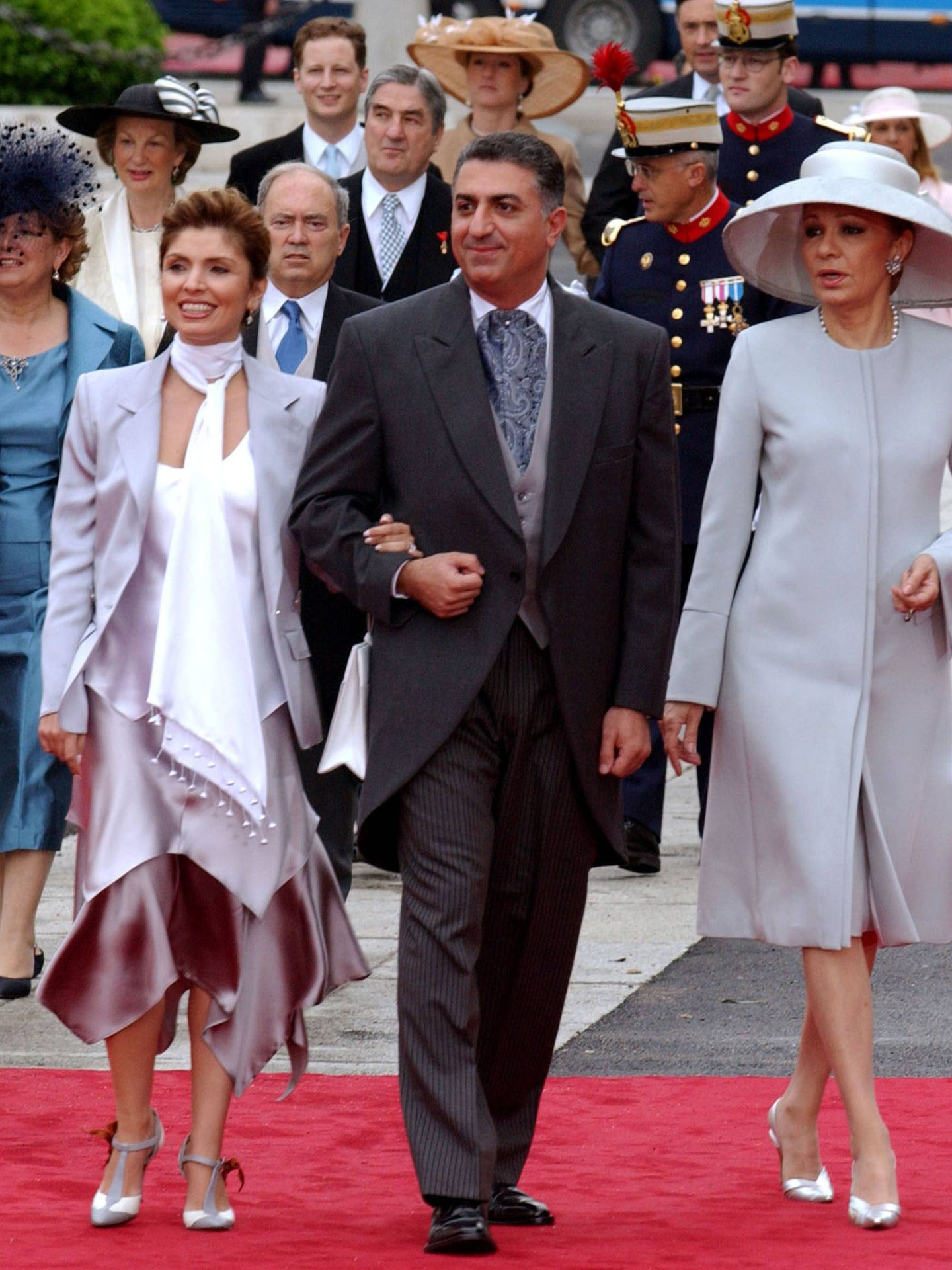 Farah Diba, con su hijo mayor y su nuera  en la boda de Felipe y Letizia. (Getty)