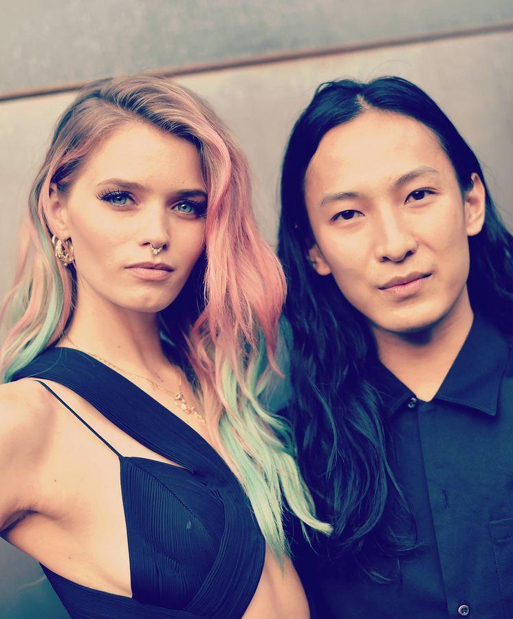 Foto: Alexander Wang con la actriz Abbey Lee Kershaw. (Mike Coppola / Getty)