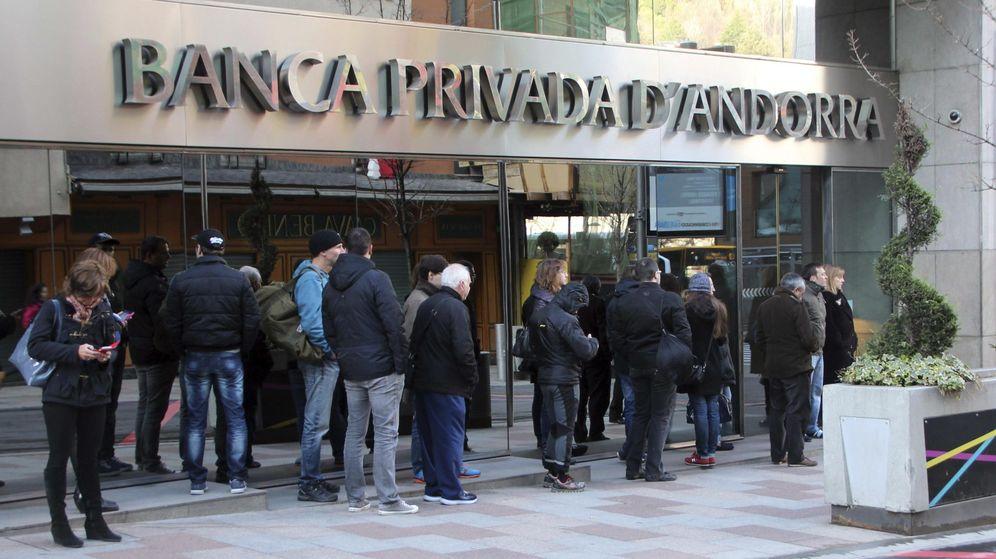 Foto: Clientes de Banca Privada d'Andorra (BPA) hacen cola a las puertas de algunas sucursales. (EFE)