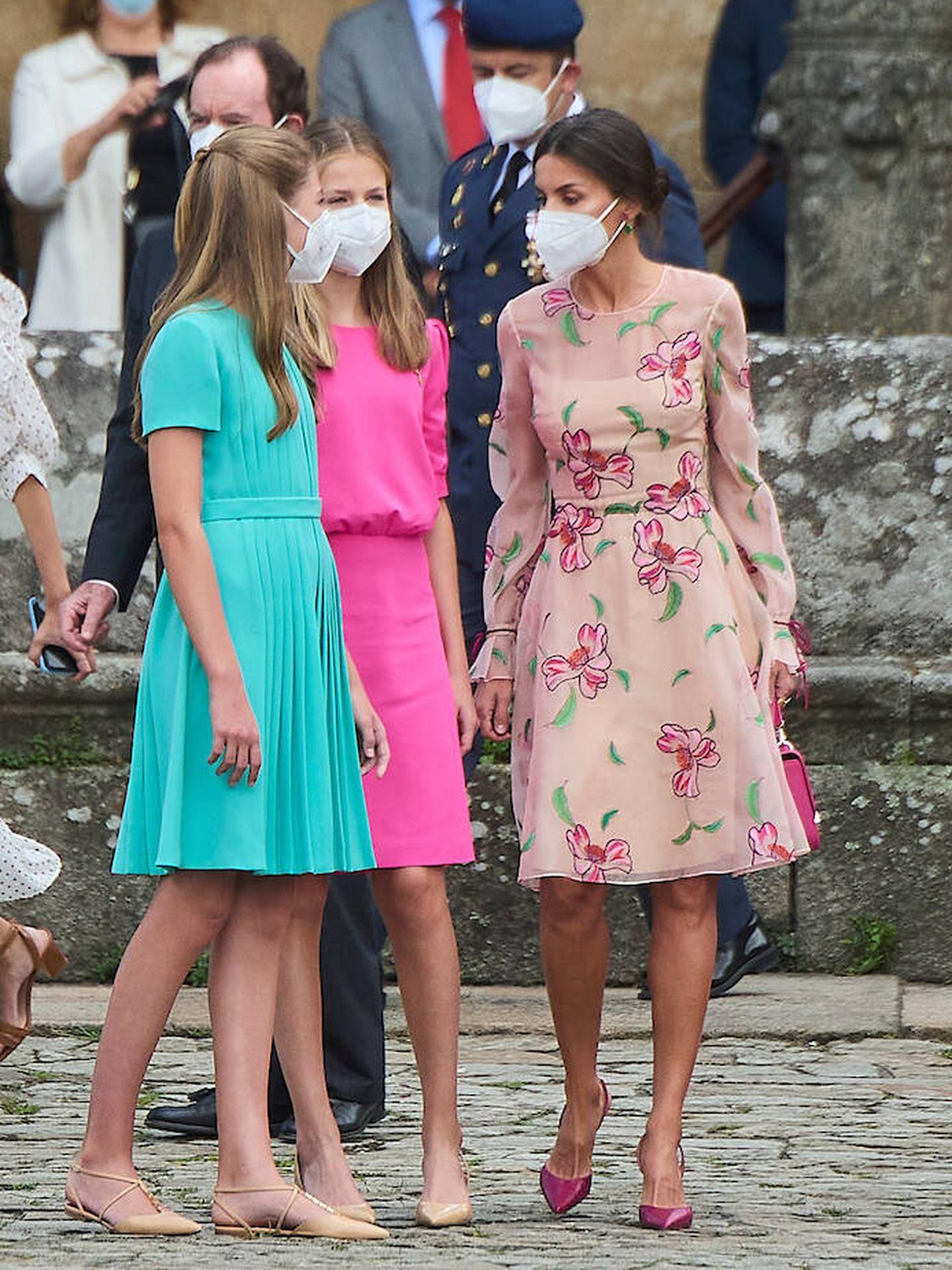 La reina conversando con sus hijas. (Limited Pictures)