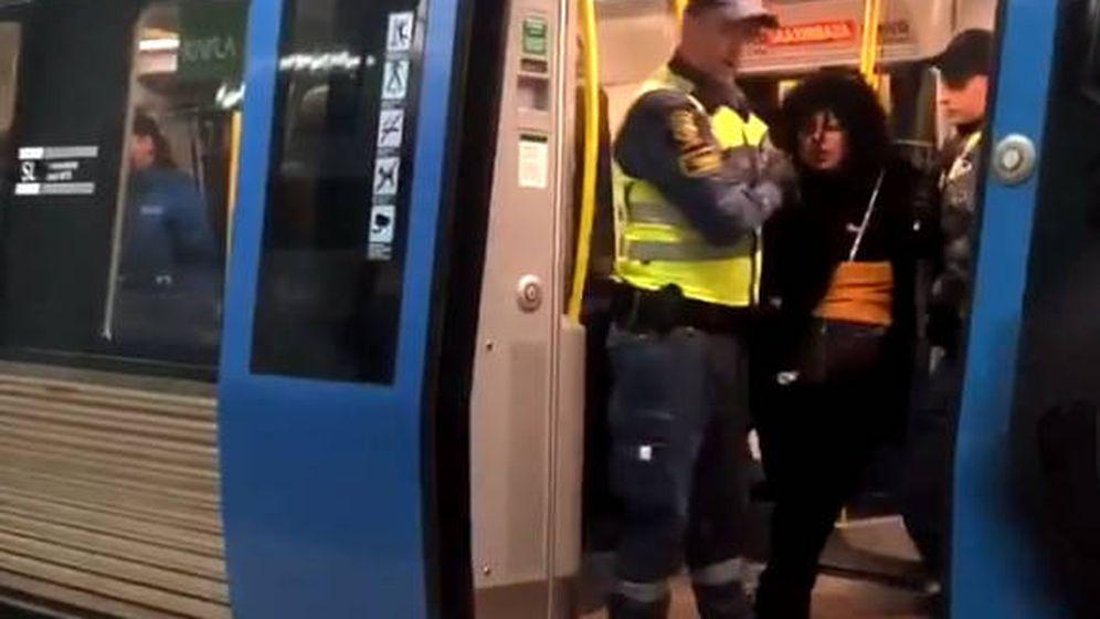 Foto: La mujer, mientras es arrastrada fuera del vagón por dos agentes de seguridad (Foto: Instagram)