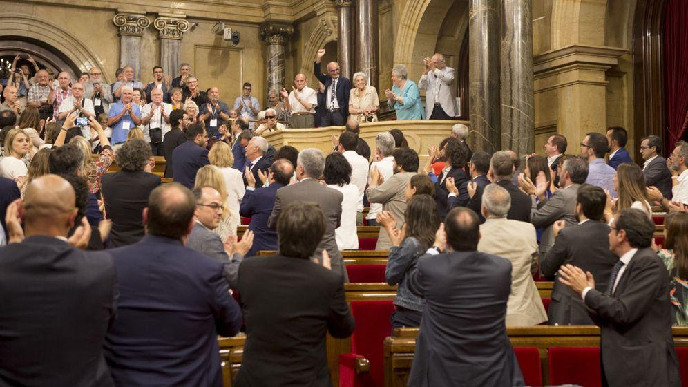 Foto: Los diputados del Parlament aplauden a representantes de las víctimas del franquismo al finalizar el debate. (EFE)