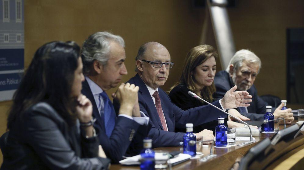 Foto:  El ministro de Hacienda en funciones, Cristóbal Montoro (c), tras la reunión del Consejo de Política Fiscal y Financiera. (EFE)