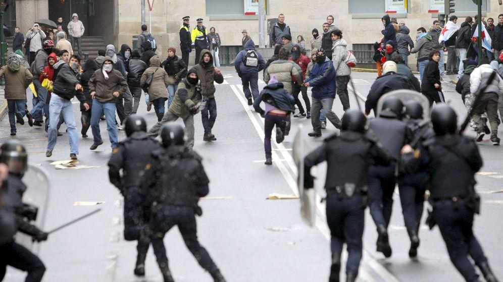 Foto: La policía dispersa a un grupo de independentistas que arrojan botellas ante una manifestación. (EFE)