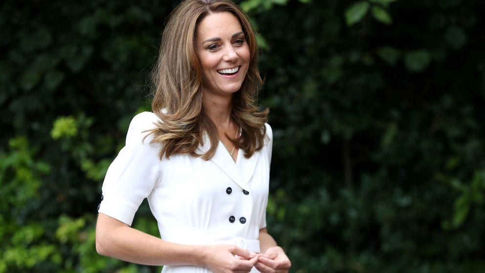 La duquesa de Cambridge repite traje y lo combina con una mascarilla de flores