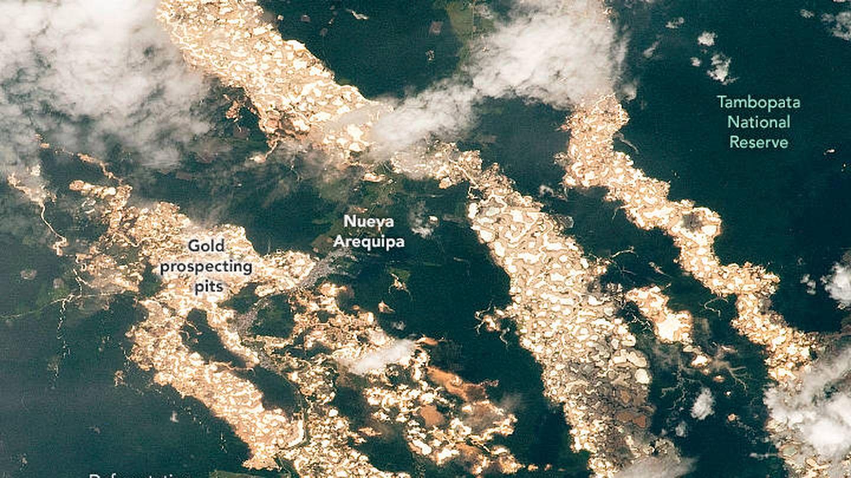 El mercurio que se usa ilegalmente en la búsqueda de oro está envenenando la tierra. (NASA)