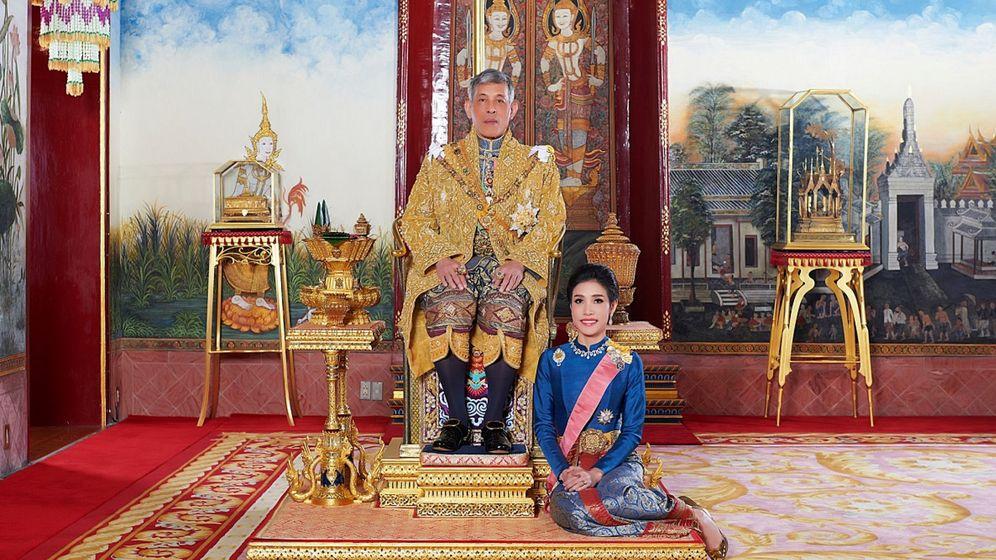 Foto: El rey de Tailandia, con la consorte ahora repudiada. (Reuters)