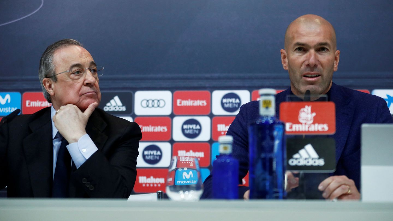 Florentino Pérez y Zinédine Zidane en la sala de Prensa de Valdebebas. (Efe)