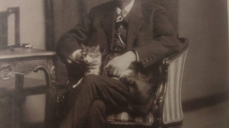 Galdós, con su gato. Por Antonio Calvache