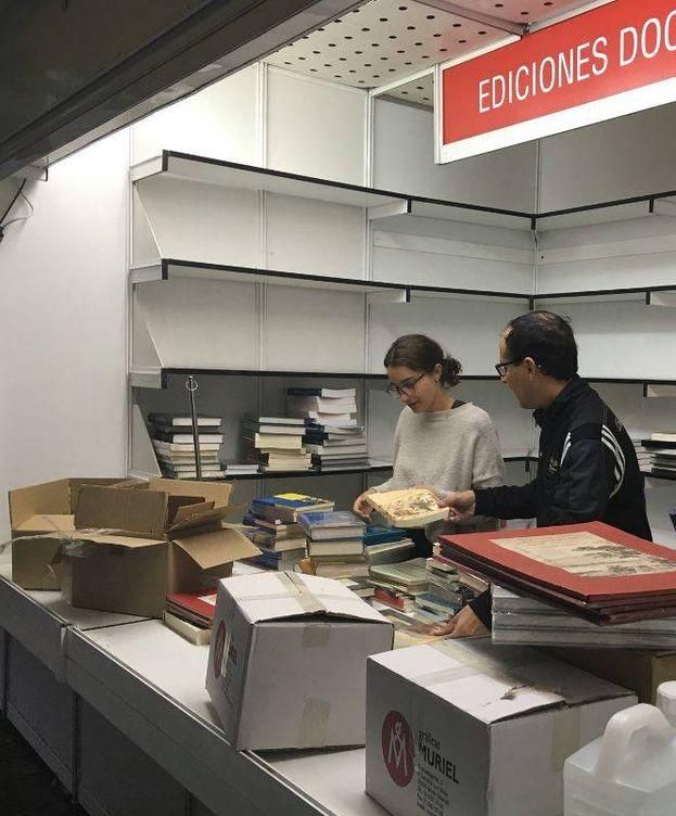 Foto: Montaje de las casetas de la Feria del Libro después de que se reabriera el Parque del Retiro   Foto: Ignacio Bazarra