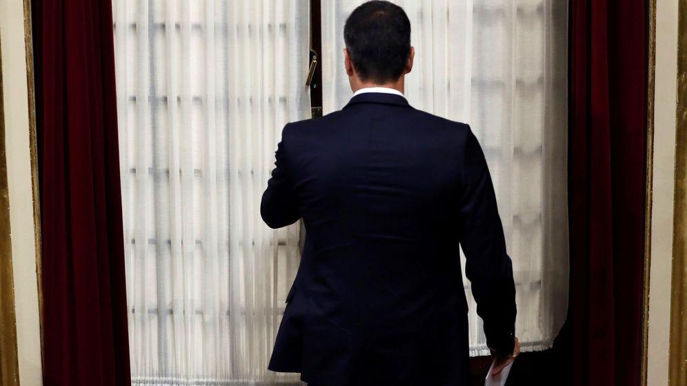 Foto: Pedro Sánchez entrando al hemiciclo en la última sesión de control al Gobierno. (EFE)
