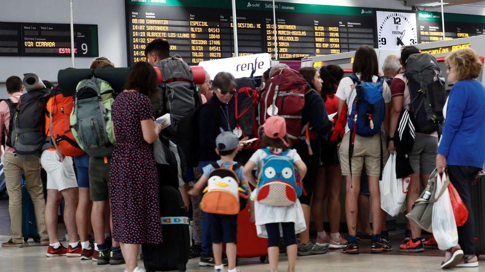 Foto: Decenas de viajeros esperando en una estación para coger un tren. (EFE)