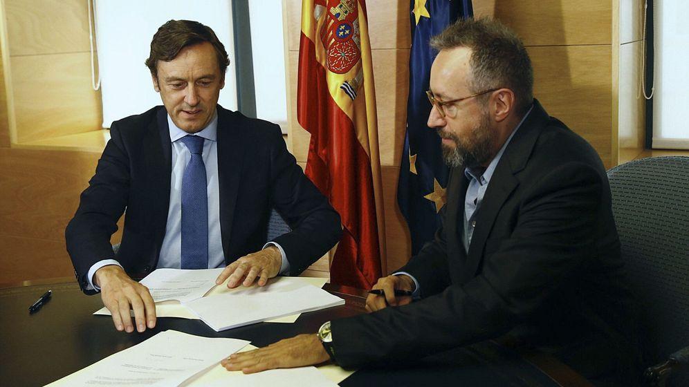 Foto: El portavoz del PP en el Congreso, Rafael Hernando, y el de Ciudadanos, Juan Carlos Girauta, durante la firma del acuerdo. (EFE)