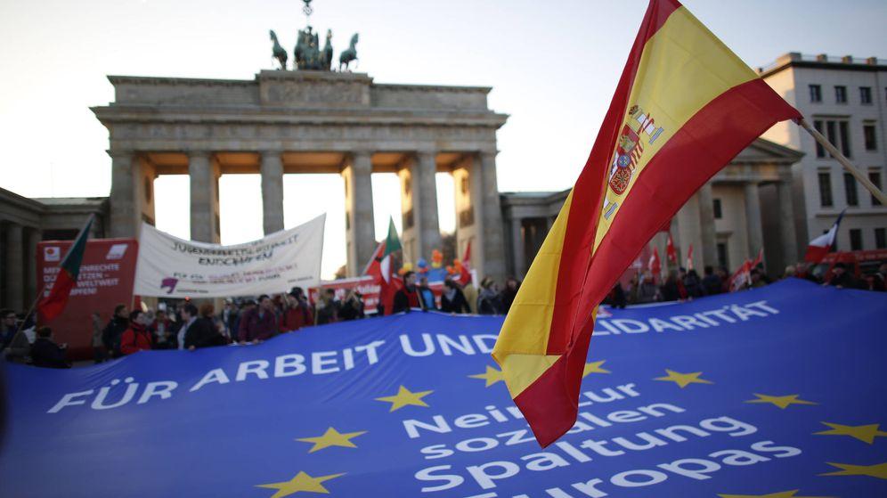 Foto: Una bandera de España, en la Puerta de Brandenburgo en Berlín. (Reuters)